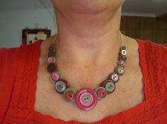 Manualidad para hacer un collar de botones y alambre