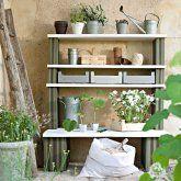 Meuble à étagères de jardin avec briques peintes et planches de bois superposées
