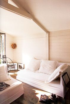 really love the small shelving unit near the window in this room. pretty.