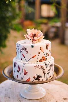 Wedding Cake Recipes Boho Wedding cakes for fall and beginner bakers. - Are you inspired by the fall leaves and what to make them into beautiful fall cakes? Learn how easy it is to create these amazing fall cakes. Pretty Cakes, Cute Cakes, Beautiful Cakes, Amazing Cakes, Big Cakes, Stunningly Beautiful, Beautiful Bride, Floral Wedding Cakes, Fall Wedding Cakes