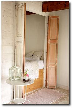 So pretty! Hoping for this sort of feel eventually. 38 Smart Small Bedroom Designs with Hidden Bed Alcove Bed, Beds For Small Spaces, Hidden Spaces, Sleeping Nook, Hidden Bed, Murphy Bed Plans, Small Bedroom Designs, Bed In Closet, Box Bed