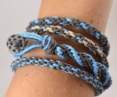 This Hemp Kumihimo Bracelet Tutorial teaches you how to make hemp bracelets that use the kumihimo style of braiding. These bracelets are both fun and easy to make. Hemp Bracelet Tutorial, Hemp Bracelet Patterns, Friendship Bracelets Tutorial, Jewelry Patterns, Bead Patterns, Anklet Bracelet, Anklets, Hemp Jewelry, Jewelry Crafts