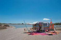 relooking caravane | Une caravane sous un ciel bleu de Camargue