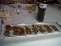 ¿Alguien puede resistirse a esta hora a un solomillo fileteado acompañado de Marqués de Terán Crianza como el del Restaurante Herrerías de Logroño?