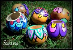 Mates de Calabaza pintados a Mano Pebble Painting, Pottery Painting, Dot Painting, Painted Clay Pots, Painted Flower Pots, Hand Painted, Clay Pot Crafts, Diy And Crafts, Crafts For Kids