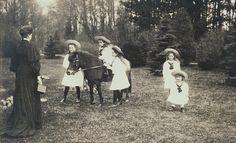 Alexandra Feodorovna, Imperatriz da Rússia com seus filhos: grã-duquesa Anastasia está sentada em um pônei Shetland com grã-duquesa Olga de pé ao lado dela, à grã-duquesa Tatiana esquerda e para a direita Grã-duquesa Marie e Czarevich Alexei estão de pé juntos para a direita.Todas as crianças estão vestindo branco vestidos, lenços e chapéus de palha.Este cartão foi enviado por ela para seu primo,George, príncipe de Gales, como um cartão de Natal e Ano Novo para 1906/1907.