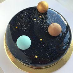 """Space mousse cake with dark blue  mirror glaze and candy planets of chocolate. Filling : banana-chocolate-caramel Космический муссовый торт с зеркальной глазурью Начинка:банановое желе,кремю на белом шоколаде,карамельный мусс,шоколадный бисквит,зеркальная глазурь.Оформлен шоколадными """"планетами"""" и кандурином."""