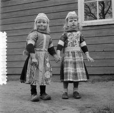 Jongetje en meisje van Marken 1957 #NoordHolland #Marken