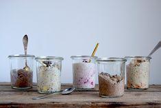 Overnight Oats kan varieres i det uendelige. Her er fem forskellige variationer af den sunde og lækre morgenmad. Køleskabsgrøden er en god som to-go morgenmad, på brunchbordet eller som en sund des…