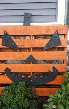 Pour l'entrée ou la cour avant : 20 idées géniales pour reconvertir des vieilles planches de bois en décorations d'Halloween sensationnelles ! - Décoration - Lesmaisons