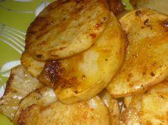 Brambory nakrájíme na plátky, na vymazaném plechu je osolíme, okmínujeme a upečeme. Ještě teplé potíráme marinádou : Na 2 prsty oleje v hrnečku... Gnocchi, Chicken Wings, Food And Drink, Potatoes, Meat, Cooking, Kitchen, Recipes, Decor