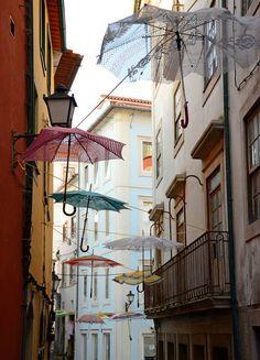 Coimbra - Centro histórico  Instalación de paraguas en  crochet - PORTUGAL