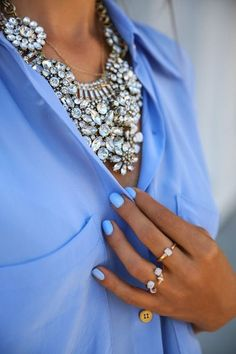 Statement necklace. Lightblue shirt. Lightblue nails. Fashion trends. Afternoon look. Afteroffice. What to wear to a cocktail.