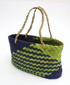 francis conrad weaver like the color combo Flax Weaving, Basket Weaving, Hand Weaving, Maori Designs, Maori Art, Weaving Projects, Weaving Techniques, Handicraft, Purses
