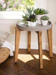 Showcase plants on this beautiful round plant stand. Also makes a distinctive side table. Wooden stand folds for compact storage. Concrete Crafts, Concrete Planters, Wall Planters, Succulent Planters, Succulents Garden, Hanging Planters, Diy Garden Decor, Diy Home Decor, Wooden Plant Stands