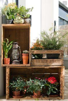 Skapa en smart och snygg hylla till din balkong med hjälp av gamla lådor. För ett mer spännande intryck: använd lådor med olika former och material! //Skanska Nya Hem