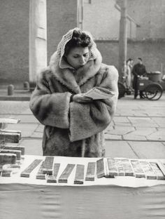 Venditrice ambulante alla Fiera di Sant'Ambrogio   ©Mondadori Portfolio/Mario de Biasi