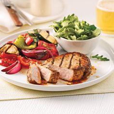 Avec à peine 338 calories par portion, cette recette de porc en mode barbecue est la preuve que l'on peut faire rimer saveur et minceur dans l'assiette. Barbecue, Steak, Copyright, Portion, Recipes, Calories, Saveur, Food, Halloumi