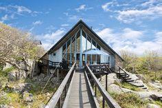 Huset ståtar med en smått dramatisk panoramautsikt troligen ensam i sin sort. Klåverön 580 - Bjurfors