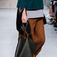 Stilettos, sandalias, sneakers, maxi bolsos... La lista de los complementos más deseados de la pasarela.