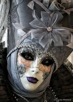 Pour retrouver le tableau MASK de Larisa Voronova sur les masques en général Shades of Grey in Venice