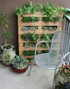 Old Pallet planter; great for herbs. Could be painted to match furniture on patio or garden. I want an HERB GARDEN! Container Gardening, Gardening Tips, Balcony Gardening, Apartment Gardening, Urban Gardening, Apartment Porch, Apartment Living, Herb Container, Apartment Plants