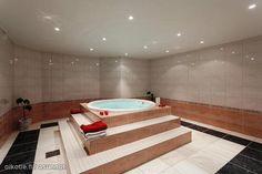 Luxurious hot tub / Ylellinen poreallas