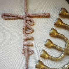 ...mas eu bem sei eu sei que a minha vida está nas mãos do meu Jesus que vivo está! #Jesus #fé #arte #tricotingirls #tricotin Vivo, Biscuit, Religion, Brooch, Crochet, Crafts, Wire Jig, Spool Knitting, Wire Letters
