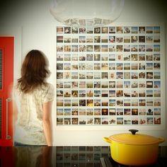 Polaroids op de muur. In plaats van lijsten met foto's kun je er natuurlijk ook voor kiezen om de foto's direct op de muur te plaatsen zoals bij deze polaroids gedaan is.