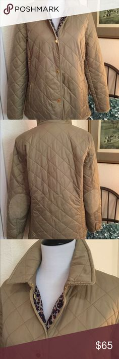 "C WONDER Tan Quilted Barn Jacket Corduroy L Shoulder 14 1/2"" Bust 38"" Waist 41"" Sleeve 24"" from shoulder Length 27"" C WONDER Tan Quilted Barn Coat With Tan Corduroy Accents Size L Amazing And new . This beautiful tan coat features 4 shiny gold front snaps, 2 slash pockets, long sleeves with snap closures, corduroy elbow patches, corduroy collar lining, 2 back vents with gold snaps and a gorgeous navy, tan and orange logo fabric lining. The material inside and out is super soft and silky…"