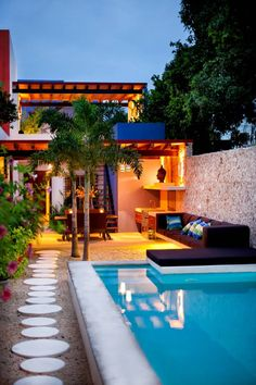 Nowadays, it is increasingly common to see swimming pools in unique homes , even in large cities. We will talk about this in this article, share photos of swimming pools in small patios Inground Pool Designs, Swimming Pool Designs, Swimming Pools, Small Backyard Pools, Small Pools, Backyard Landscaping, Backyard Ideas, Garden Ideas, Patio Design
