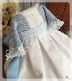 CANASTILLA ARTESANAL: Faldón Naiara en celeste Baby Girl Fashion, Kids Fashion, Baby Knitting, Crochet Baby, Christening Gowns Girls, Smocks, Lace Outfit, Heirloom Sewing, Pretty Baby