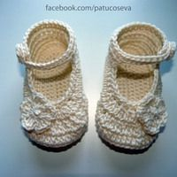 Mercedita flor beige Crochet For Kids, Crochet Baby, Baby Bootees, Converse, Baby Warmer, Warm Outfits, Partner, Baby Shoes, Booty