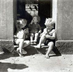 Erich Angenendt Drei Kinder in einem Hauseingang(Three children in a doorway), Dortmund, 1945 Thanks toiamjapanese