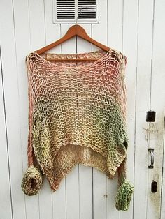 Incredibly lightweight, it feels like you wear nothing, this enchanting cotton sweater for all weather, will definetely be one of your favorite tops. Moda Crochet, Crochet Wool, Crochet Shirt, Summer Knitting, Arm Knitting, Knitting Patterns, Crochet Patterns, Knit Art, Knit Fashion