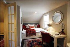 Une solution intéressante et pas chère consiste à disposer quelques miroirs pour créer un effet de profondeur et par conséquent d'agrandir la petite chambre à coucher