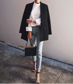 Minimal style inspiration minimalist fall outfit ideas outfits for work and the office business casual outfits for women black blazer with white shirt light wash denim jeans and black strappy sandals 8 looks de outono pra testar nessa temporada Looks Street Style, Street Style Trends, Looks Style, Street Style Women, Street Styles, Office Style Women, Casual Style Women, Classy Style, Trendy Style