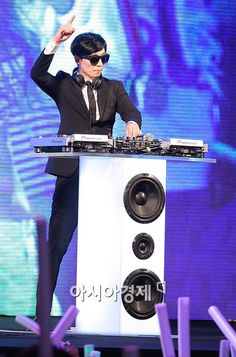 Mc Yoo transforming into DJ Yoo Running Man Funny, Running Man Korea, Ji Hyo Running Man, Jae Seok, Yoo Jae Suk, Korean Tv Shows, Korean Variety Shows, Runing Man, Top Comedians