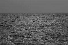 [추천전시회 2012-10-11~2012-10-27 리씨갤러리, '이강우 개인전']    오늘의 추천전시회는 리씨갤러리에서 열리는 이강우 작가의 개인전 입니다.    끊임없이 유동하는 액체가 가득한 바다공간을 질료로서 바라보는 작가는  자신이 대면한 매순간마다 거침없이 토해내는 바다의 거친 표정에 주목했습니다.    작가가 마주했던 바다, 그 순간에 함께 동참해 보며   거기에 담긴 구성감각, 점 선 면의 운율, 농담의 변화,   그것들이 지펴 올린 기운과 정취를 느껴보는 건 어떠신가요? 전시회에 대한 자세한 정보는 블로그에서 확인하세요^^  http://blog.naver.com/fujifilm_x/150149525989