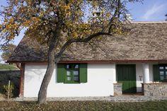 ... ahol a falusi életérzés találkozik az eleganciával. Egy hely, ahol a szülők gyermekeikkel együtt Beautiful Homes, Beautiful Places, Scandinavian Home, Traditional House, Hungary, Countryside, House Plans, Farmhouse, Cottage