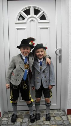 zwei typische bayerische Buben in Tracht - 2 typical Bavarian boys in traditional outfits