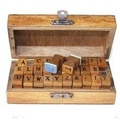 Stempeldoosje alfabet upper case. Mooi klein houten doosje met het alfabet in hoofdletters en nog wat extra tekens/symbolen. 11,7x8x3,3cm, letterhoogte 7 cm.