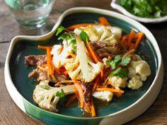Serveer met een kom witte rijst - Libelle Lekker! Food Science, Japchae, Pasta Salad, Cauliflower, Cabbage, Low Carb, Food And Drink, Meat, Vegetables