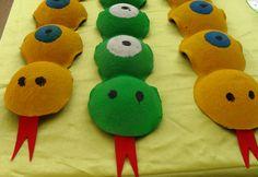 Serpientes con material reciclado en el aula de El Patio de bebes....