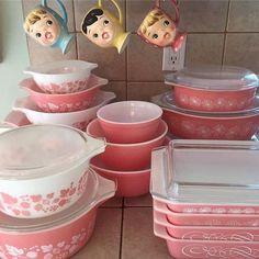 Vintage Kitchen I love pink Pyrex More - Vintage Dishware, Vintage Dishes, Vintage Kitchen, Vintage Pink, Vintage Decor, 1950s Decor, Kitsch, Pyrex Display, Pink Pyrex