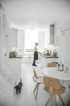 White kitchen via my scandinavian home Kitchen Dinning, New Kitchen, Kitchen Decor, Kitchen Styling, Kitchen White, Dining Rooms, Minimal Kitchen, Dining Area, Kitchen Ideas