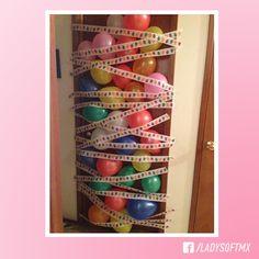 Sorprende a tu familia colocando una avalancha de globos en su puerta.  ¡La mejor forma de empezar tu cumpleaños!