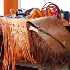 Bolsas de couro com franjas da Mab Store.