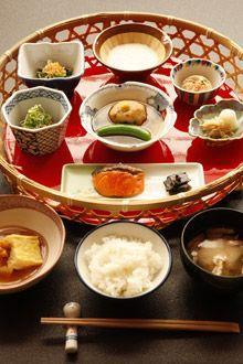 japanese breakfast at the takahan onsen ryokan (niigata, japan) | 雪國の宿 高半の朝食