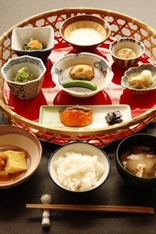 "Japanese Breakfast at the TAKAHAN Onsen Ryokan (Niigata, Japan). Kawabata's novel ""Yukiguni' (Snow Country) was written in this inn.|雪國の宿 高半の朝食"